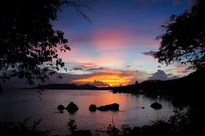 在海的五颜六色的日落在酸值苏梅岛海岛上在泰国 免版税图库摄影
