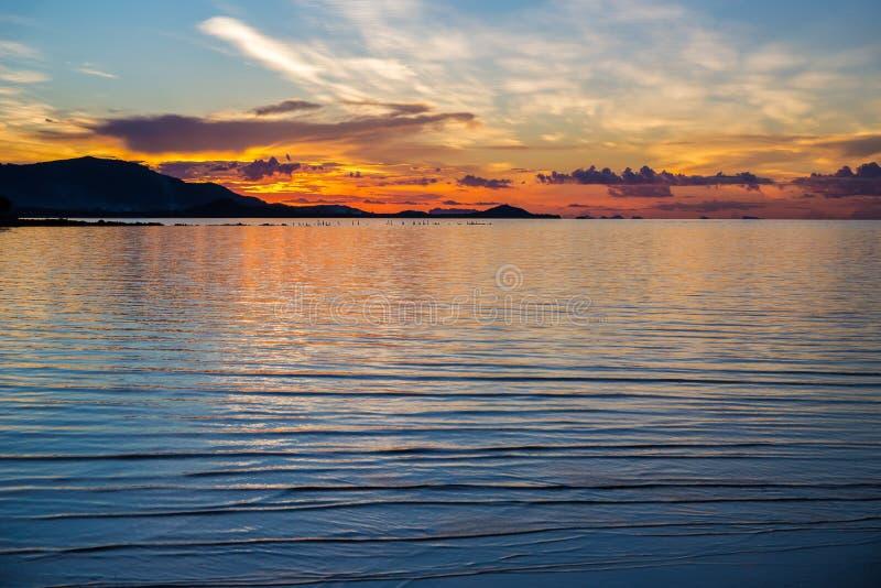 在海的五颜六色的日落在酸值samui海岛泰国 免版税库存照片