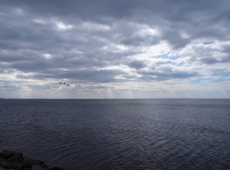 在海的剧烈的黑暗的多云天空 免版税图库摄影