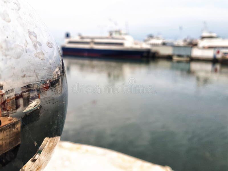 在海的反射小船 免版税图库摄影
