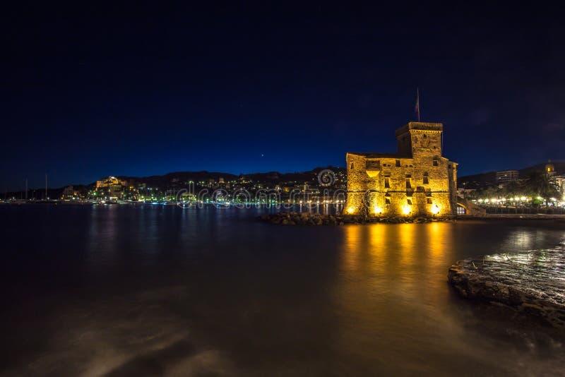 在海的古老城堡在夜,拉帕洛,热那亚赫诺瓦,意大利之前 免版税图库摄影