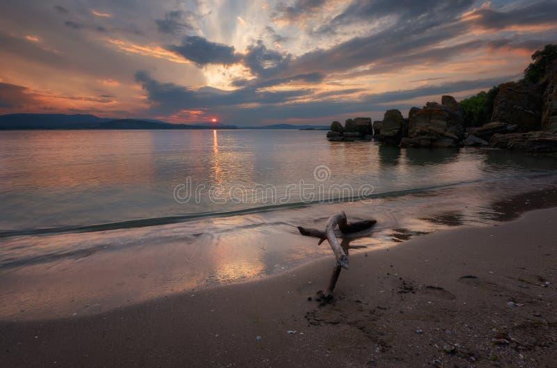 在海的壮观的多云日落 夏天日落,风景,海景 免版税图库摄影