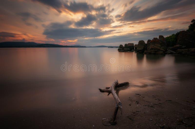 在海的壮观的多云日落 夏天日落,风景,海景 免版税库存图片