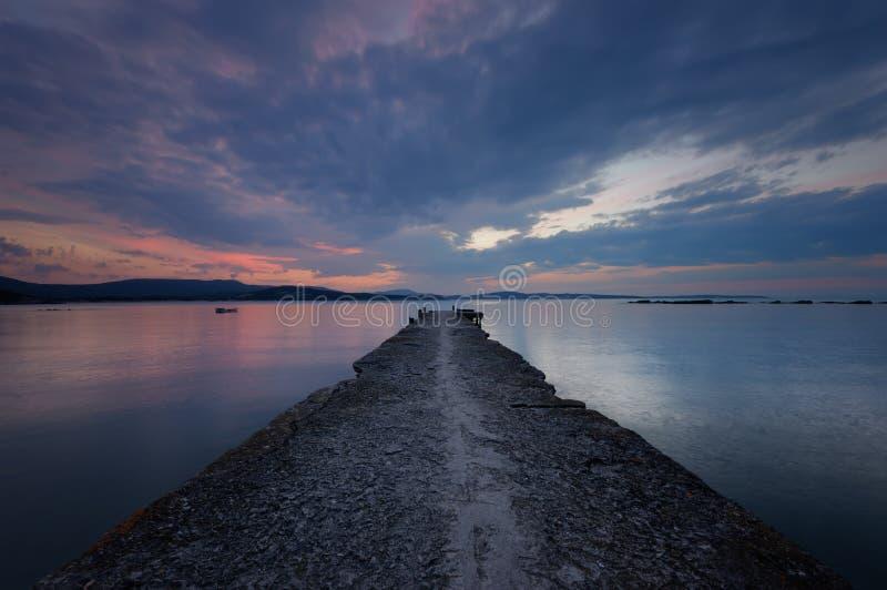 在海的壮观的多云日落 夏天日落,风景,海景 库存照片