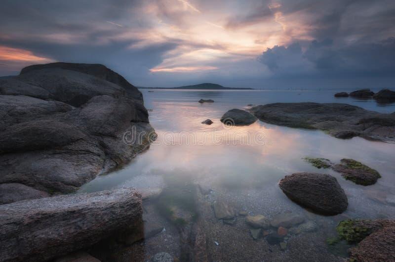 在海的壮观的多云日落 春天日落,风景,海景 库存照片