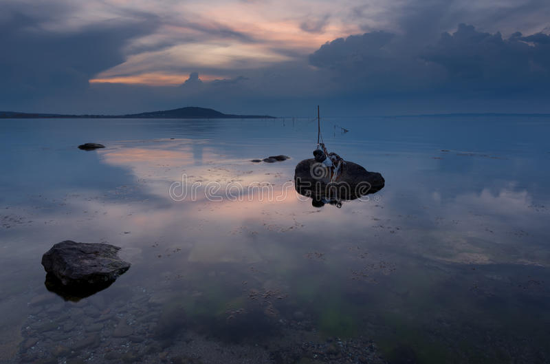 在海的壮观的多云日落 春天日落,风景,海景 免版税图库摄影