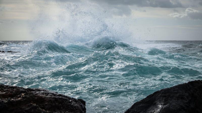 在海的多暴风雨的天气 大挥动罢工反对浅水区 免版税库存图片