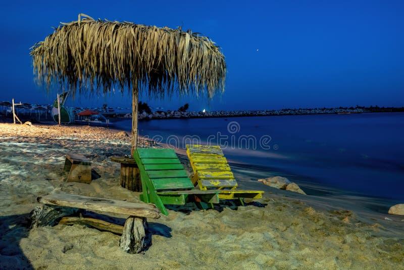 在海的夜岸的长凳 免版税图库摄影