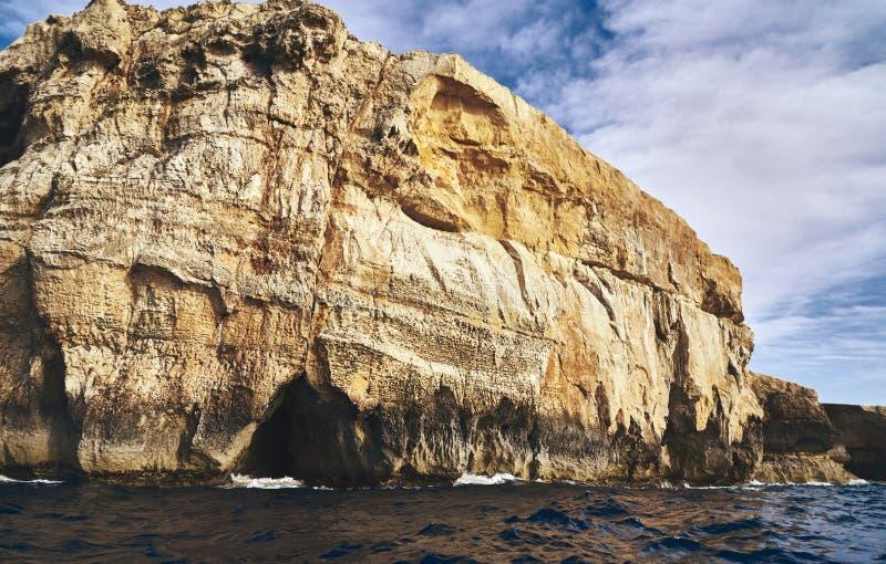 在海的大岩石 免版税库存照片