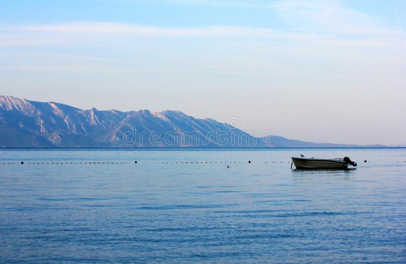 在海的小汽艇日出的 库存照片