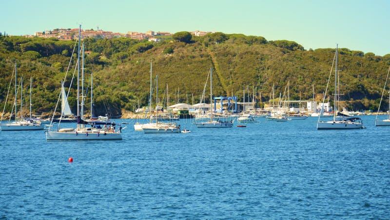在海的小船在厄尔巴岛海岛,意大利 图库摄影