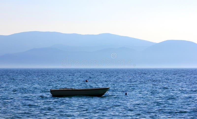在海的小船有美好的日出的 免版税库存照片