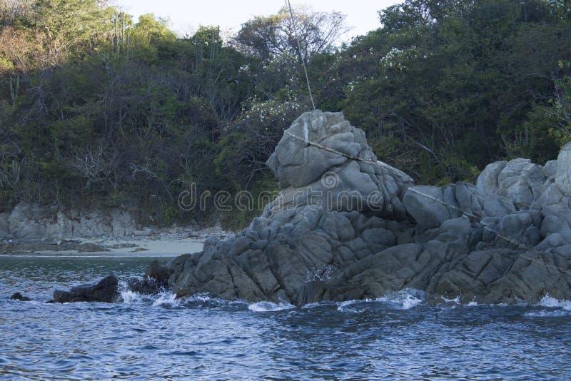 在海的岩层以狮子的形式,Huatulco海湾,瓦哈卡墨西哥 库存图片