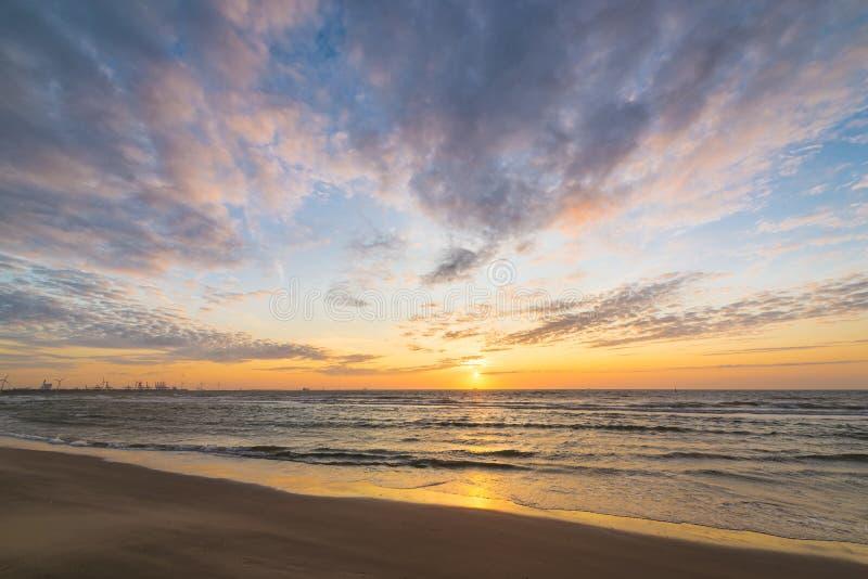 在海的平安和五颜六色的日落 图库摄影