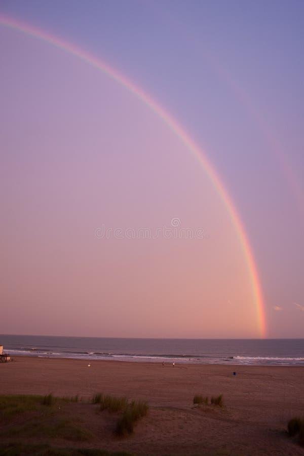 在海的彩虹在风暴以后 免版税库存图片
