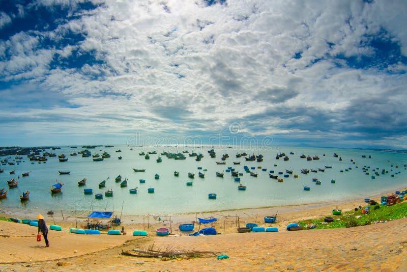 在海的很多小船,钓鱼在鱼村庄, mui ne,越南 库存图片