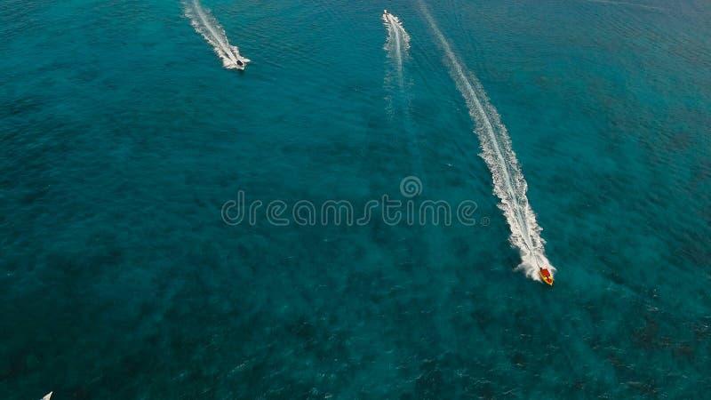在海的快艇,鸟瞰图 博拉凯海岛,菲律宾 免版税库存图片