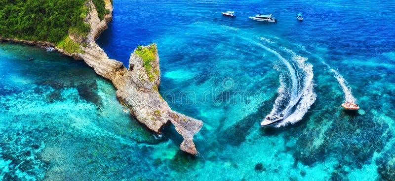 在海的快速的小船在巴厘岛,印度尼西亚 豪华浮动小船鸟瞰图在透明绿松石水的在好日子 Panorami 库存图片