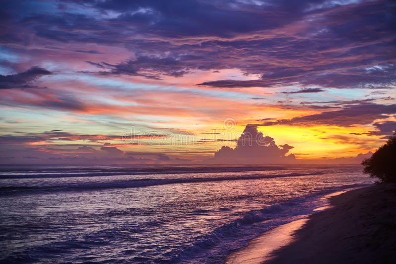 在海的惊人的五颜六色的日落 免版税库存照片