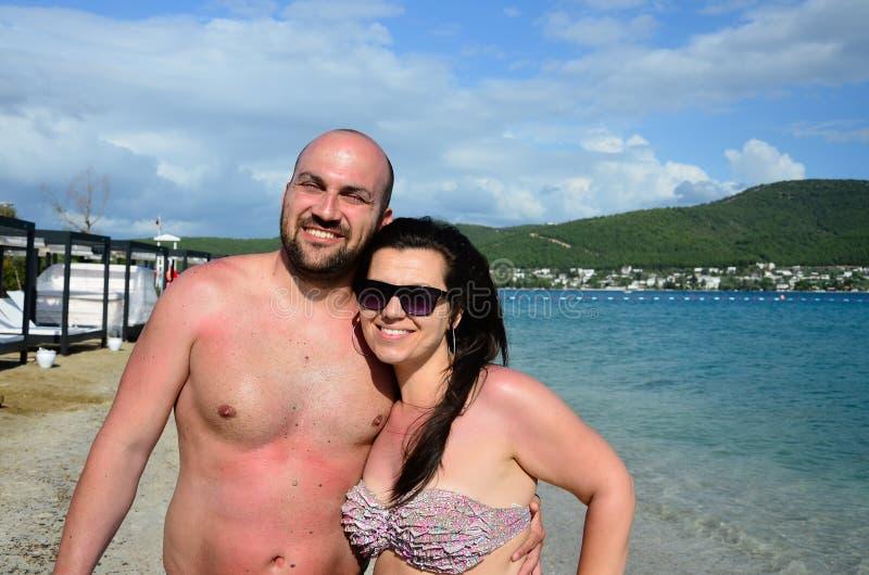 在海的愉快的夫妇 免版税库存照片