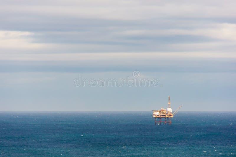 在海的抽油装置钻井平台 库存图片