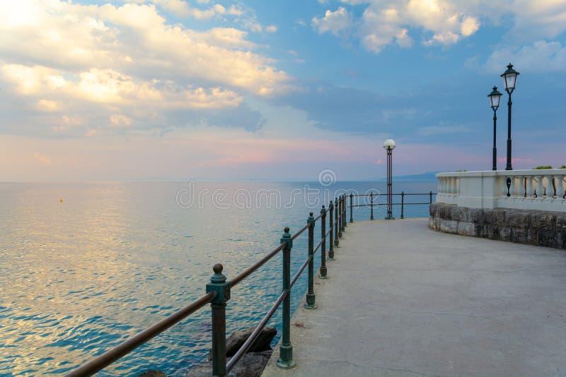 在海的散步在日落期间在奥帕蒂亚,Kvarner,克罗地亚 免版税库存照片