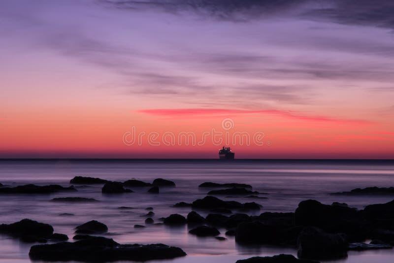 在海的日出前 库存图片