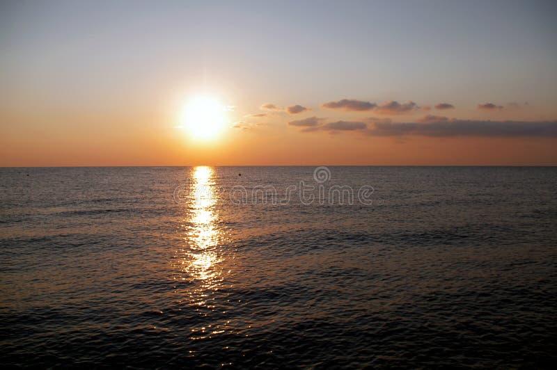 在海的日出反对天空 库存图片