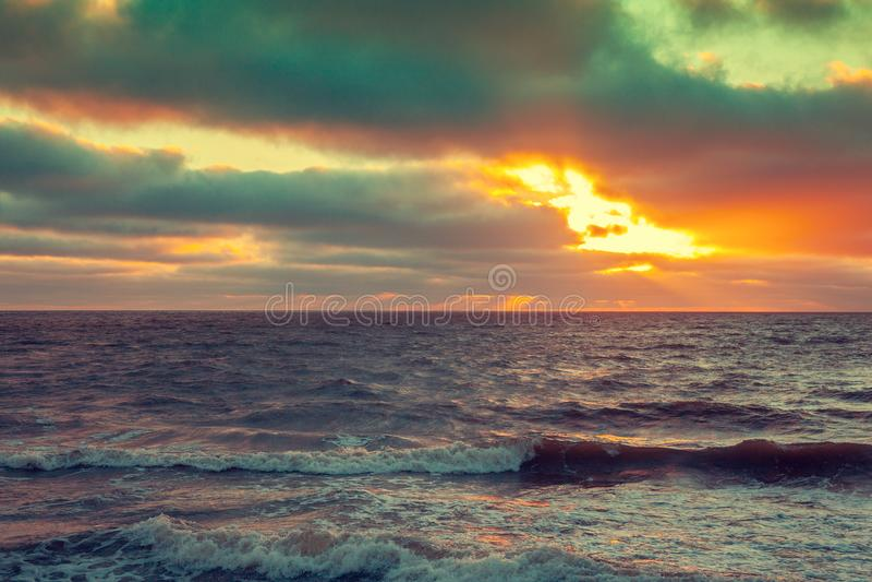 在海的日出有剧烈的天空的 库存照片