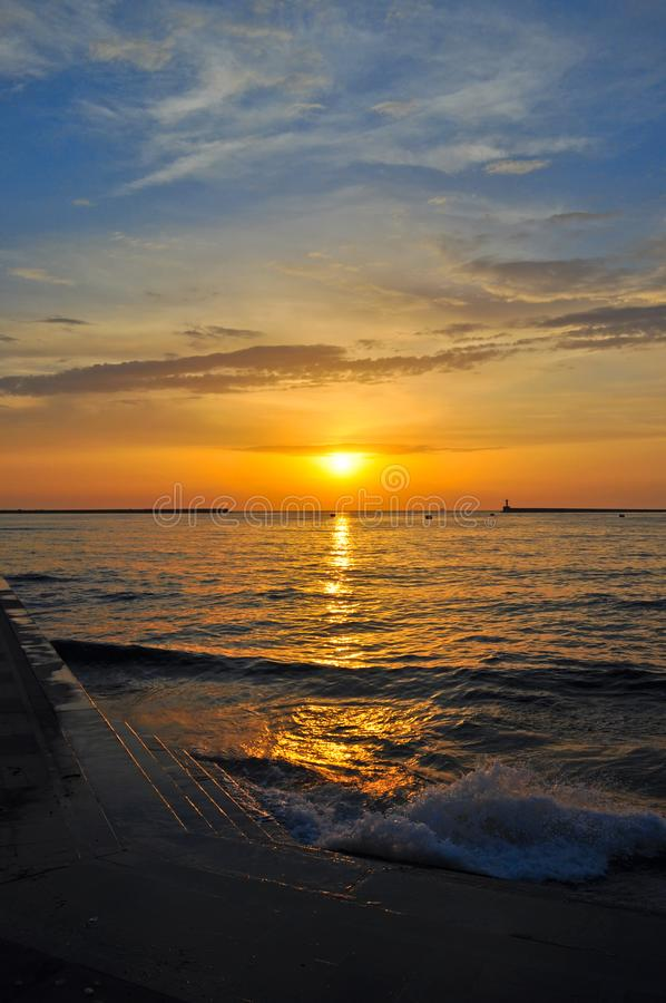 在海的日落一个海湾的在市塞瓦斯托波尔 免版税库存照片