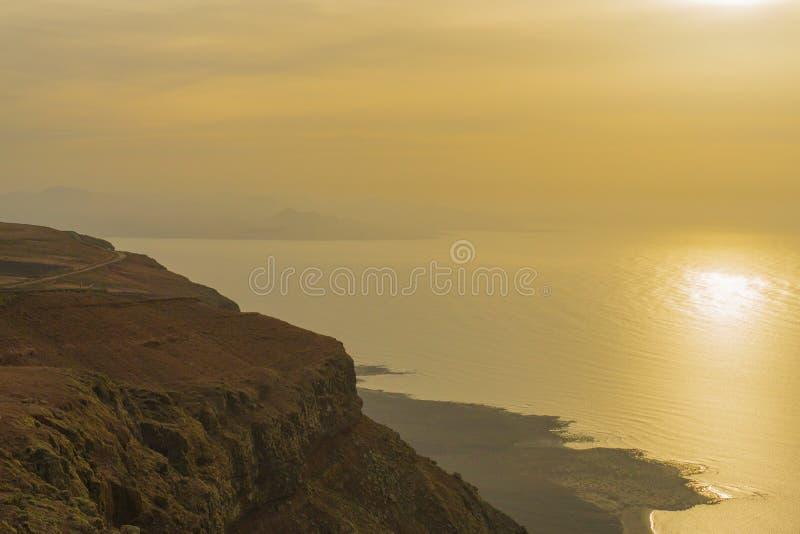 在海的日落在兰萨罗特岛 库存照片