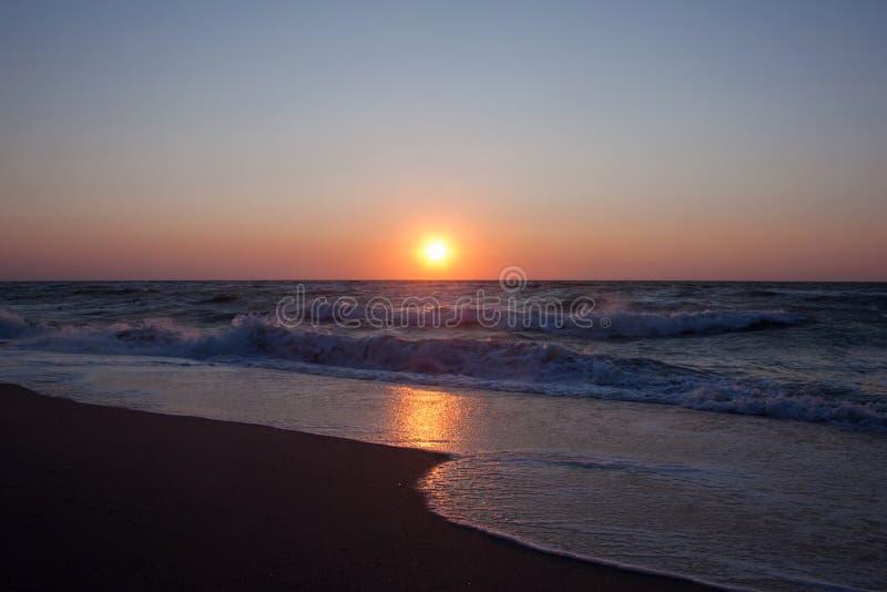 在海的日落在夏天,平衡海滩 库存图片