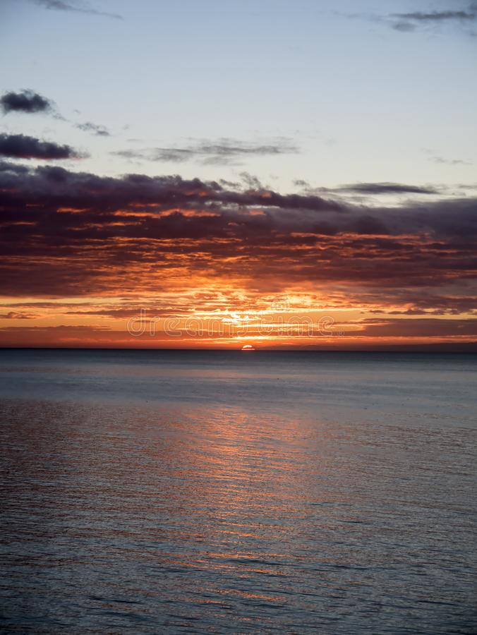 在海的日落在太阳海岸的丰希罗拉在安达卢西亚西班牙 库存图片