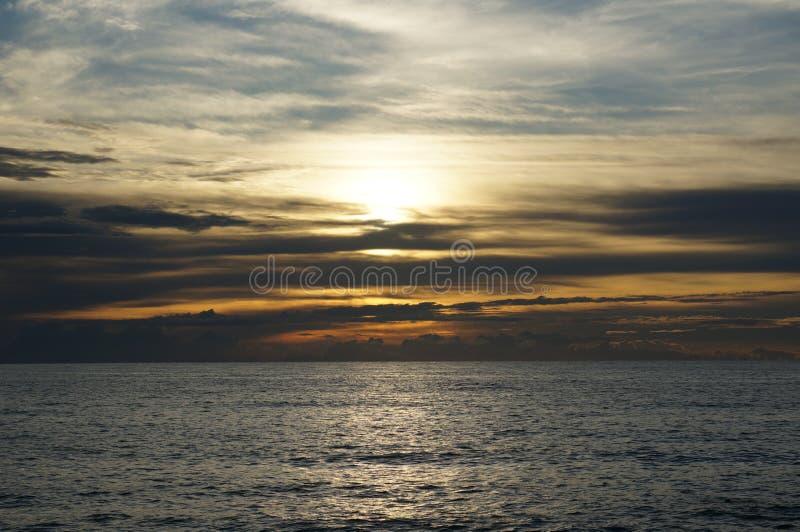 在海的日落在泰国 免版税库存照片