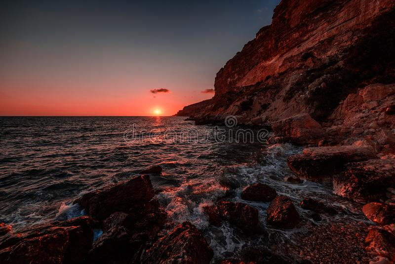 在海的日落在风暴期间,微明,元素 库存照片