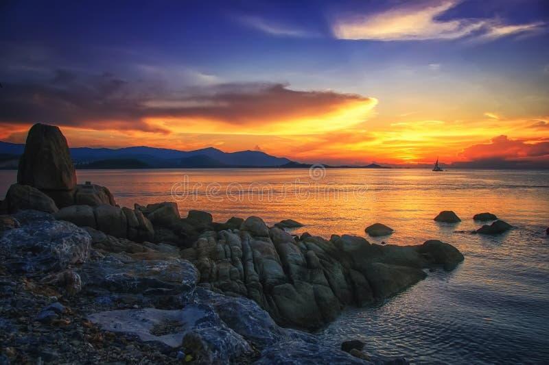 在海的日落惊人的酸值的苏梅岛在泰国 免版税库存图片