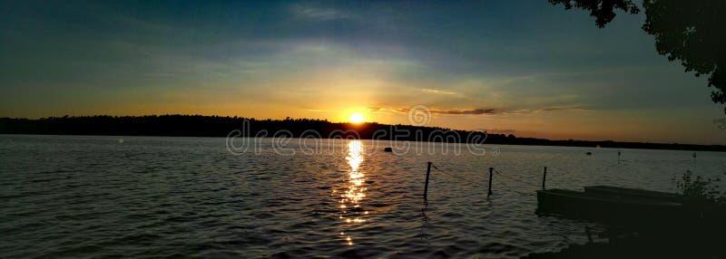 在海的日落有小船的 库存照片