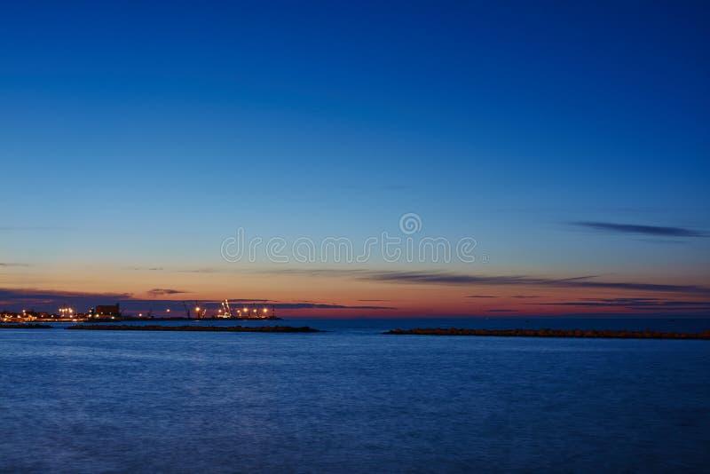 在海的日落视图 免版税库存照片