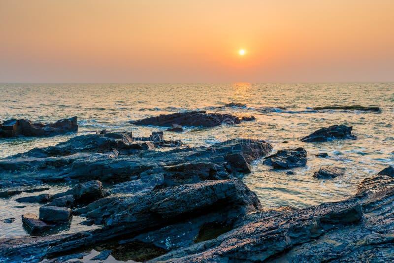 在海的明亮的橙色太阳 图库摄影