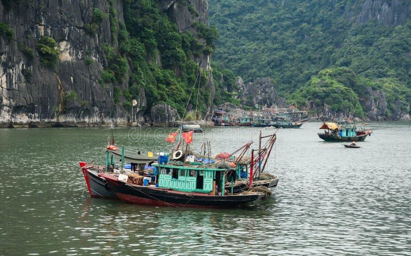 在海的木小船猫Ba海岛的在海防,越南 库存图片