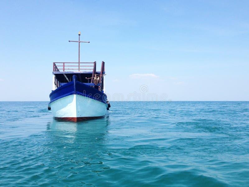 在海的木渔船有美丽的明亮的天空的 库存照片