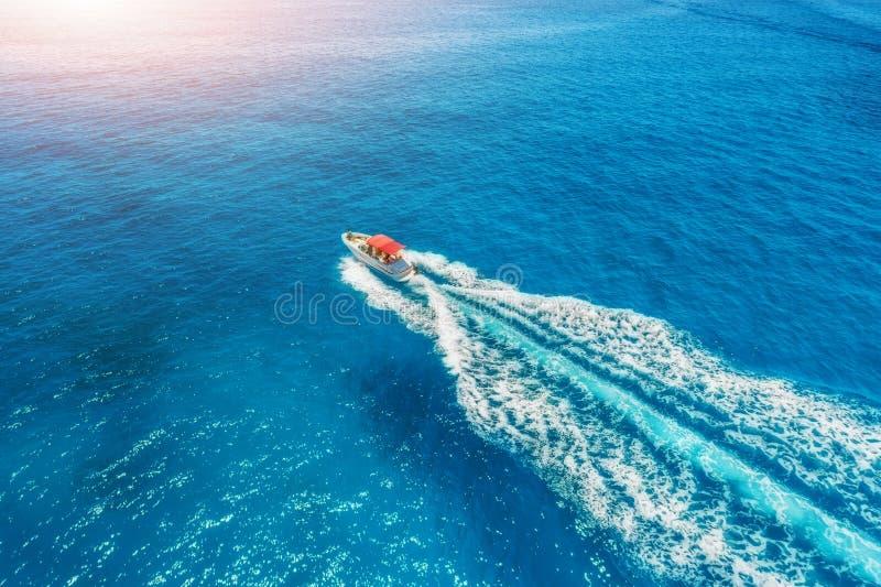 在海的汽艇在日落的巴利阿里群岛 鸟瞰图 库存照片