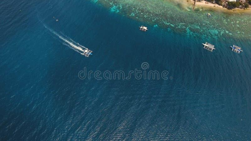 在海的汽艇,鸟瞰图 宿务海岛菲律宾 免版税图库摄影