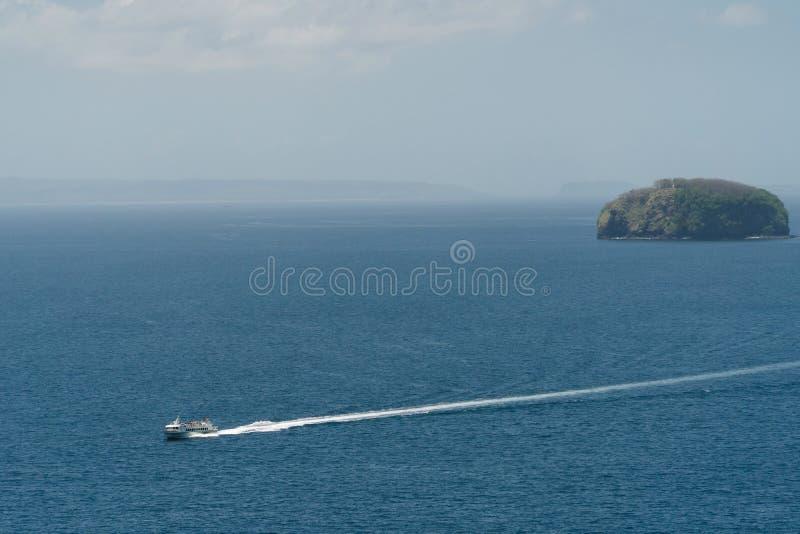 在海的汽艇,鸟瞰图 巴厘岛印度尼西亚 免版税库存照片