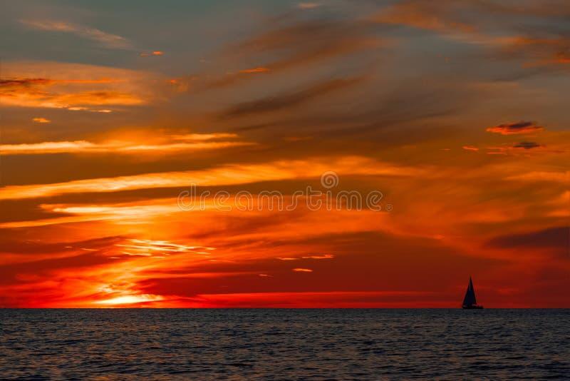 在海的浪漫日落 免版税库存照片