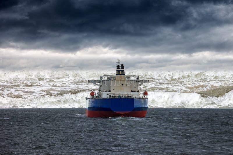 在海的海啸 免版税库存照片