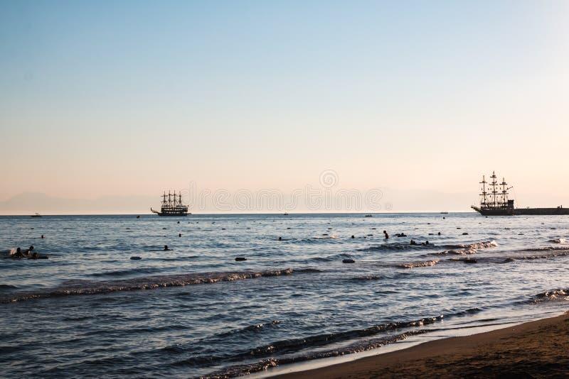 在海的海盗船在一个夏天晚上 库存图片