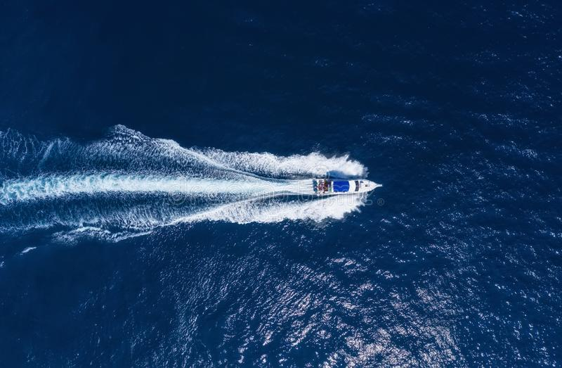在海的游艇在巴厘岛,印度尼西亚 豪华浮动小船鸟瞰图在透明绿松石水的在好日子 夏天海 免版税图库摄影