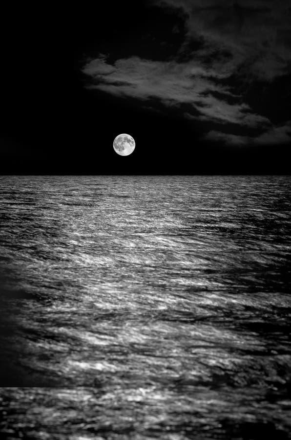 在海的满月,长的曝光 免版税图库摄影