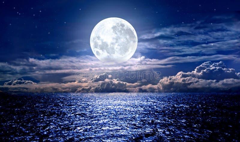 在海的满月 库存照片